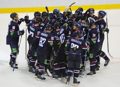 Rados hráèov Slovana po zápase KHL medzi HC Slovan Bratislava a Spartak Moskva. Bratislava, 10. september 2012. Foto: SITA/Marián Peiger
