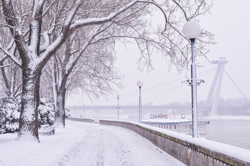 zima v bratislave sneh most snp ufo